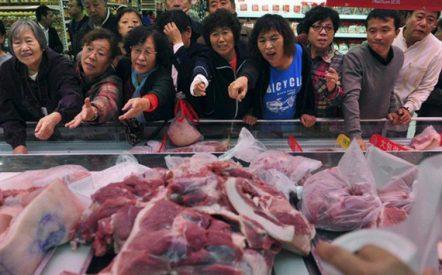 Người tiêu dùng Trung Quốc tranh mua thịt lợn